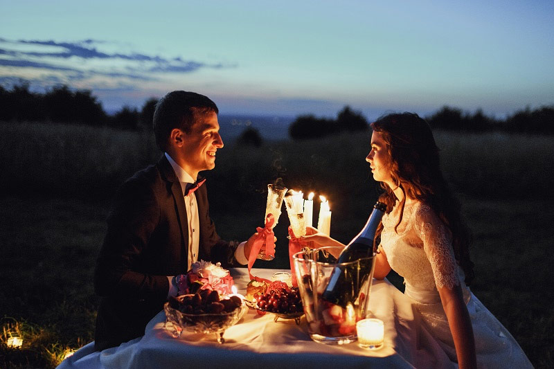 jantar romântico com estilo de piquenique e decoração de velas