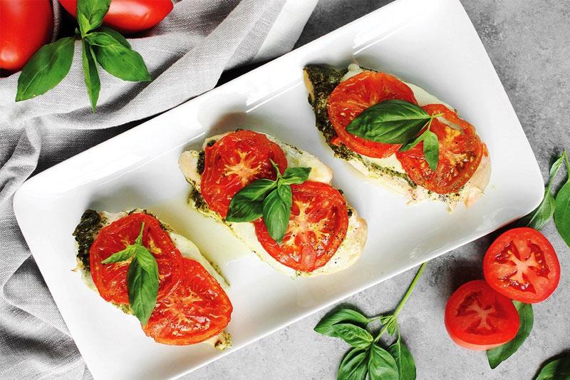 receita de filé de frango com molho pesto, queijo e tomate