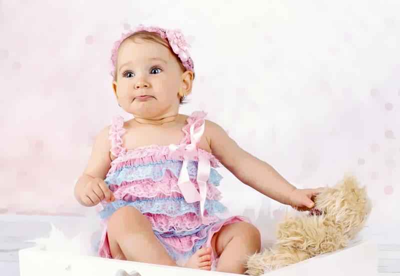 dicas basicas para vestir bebe menina: bebe com vestido colorido de babados