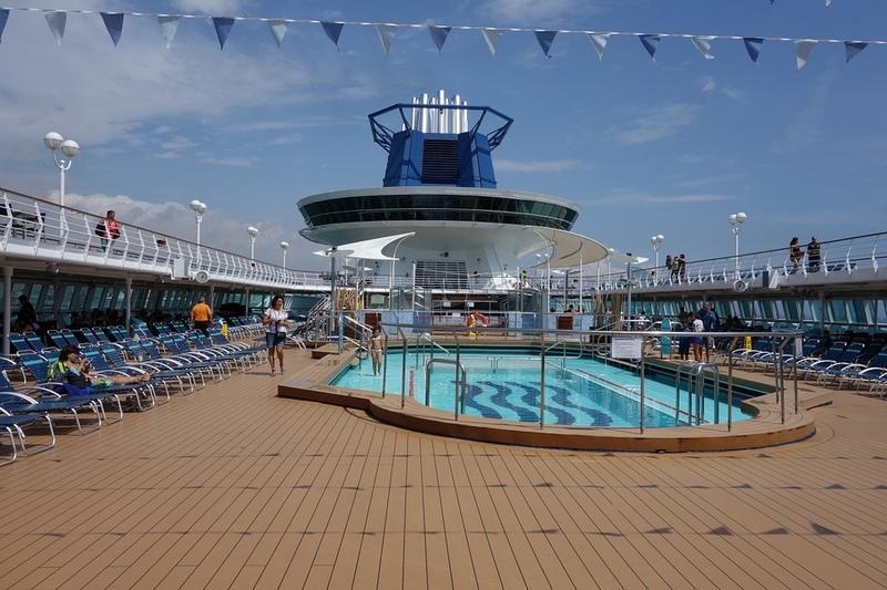 Piscina em navio e cruzeiro