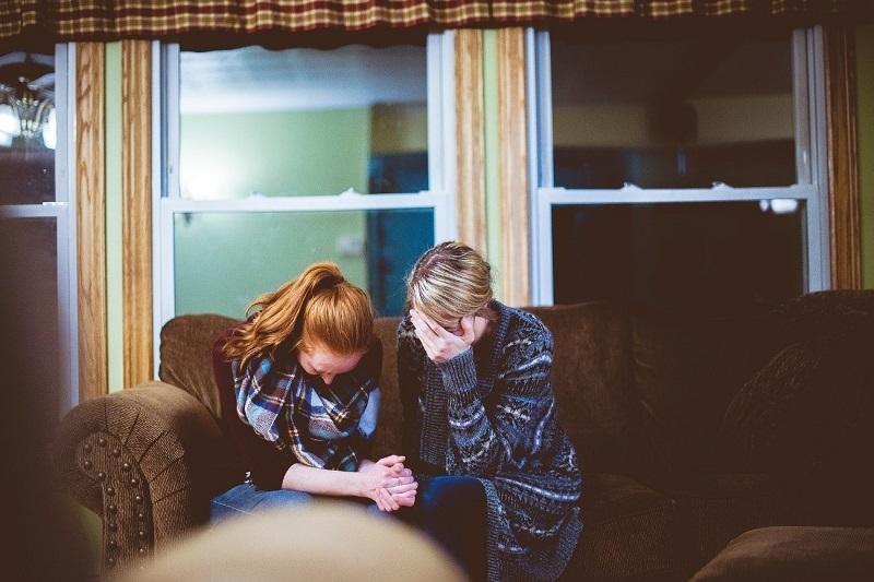 Mãe e Filha lamentando