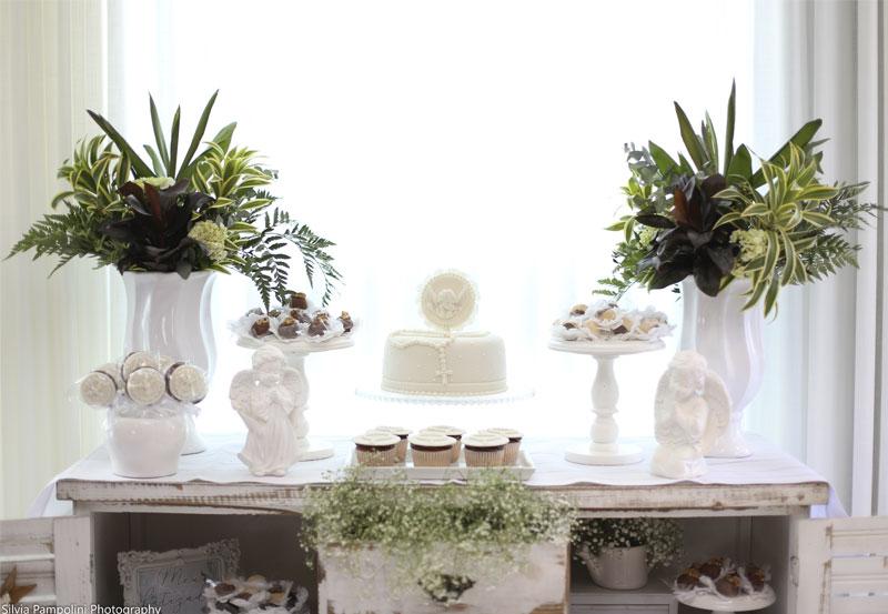 arranjos de flores naturais em mesa de batizado