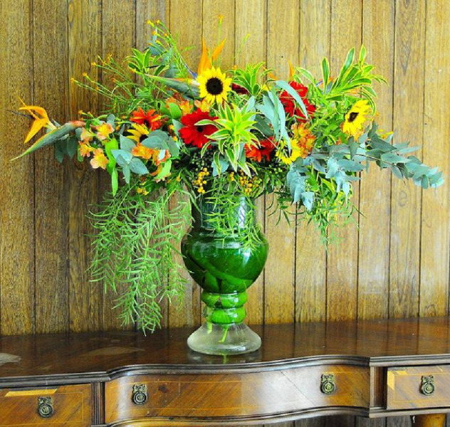 arranjo floral desconstruido jarra de vidro