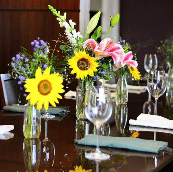 Arranjo de flor para mesa posta