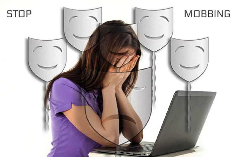Mulher Lamentando no Computador