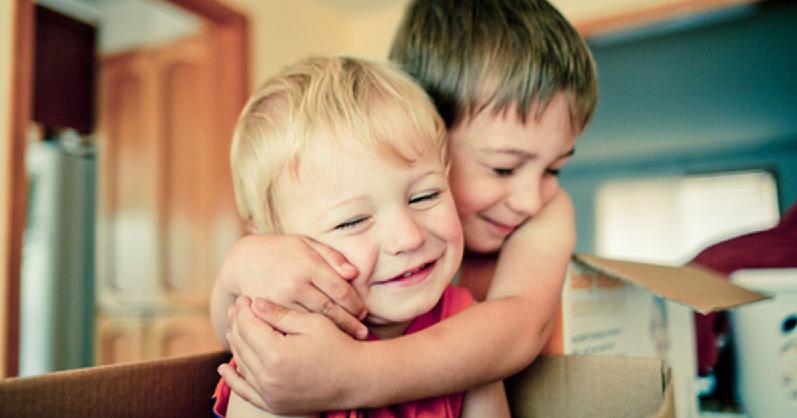 irmãos abraçando