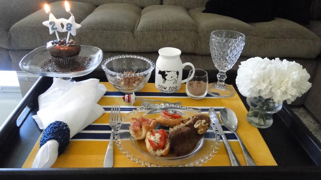 Decoração de bandeja de café da manhã na cama